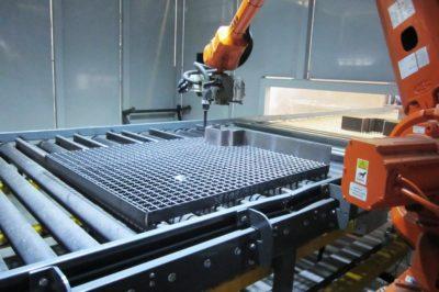 Roboter schweißt Gitter automatisch